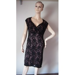 černofialové krajkové šaty...