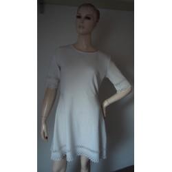 Pružné bílé šaty s...