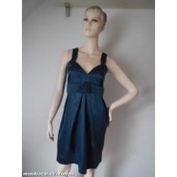 šedomodré saténové šaty...