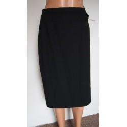 Úzká černá kostýmová sukně...
